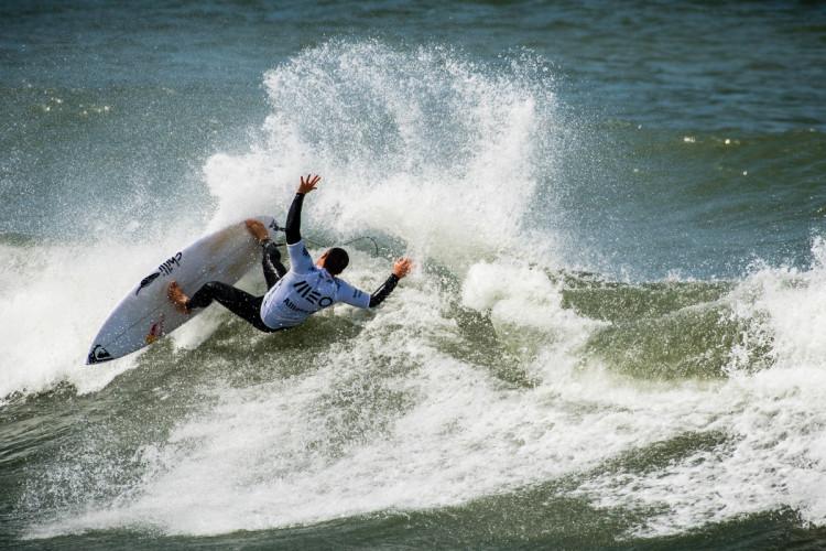 Tiago Pires está forte no Cabedelo e já lidera a Liga Meo Surf 2017. Este 'layback' foi na ronda 2 e a onda valeu 8,25 pontos (®PedroMestre/ANSurfistas)