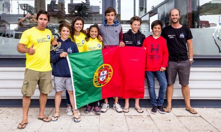 Os dois treinadores algarvios com os cinco mundialistas portugueses e o farense mundialista belga, à direita, e camisola escura (®CNA)