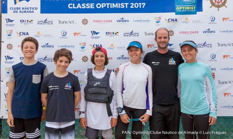 Treinador Nuno Silva com os atletas do Ginásio Clube Naval de Faro que levou à PAN Optimist 2017 (®LuisFraguas/CNA)