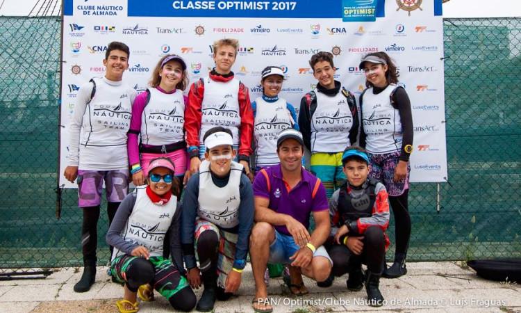 Treinador Frederico Rato com os atletas do Clube Naval de Portimão na Prova de Apuramento Nacional Optimist 2017 (®LuisFraguas/CNA)