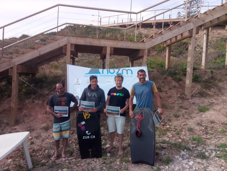 Pódio Open. Vencedor, Gonçalo Pinheiro, com prancha preta VS (®NBZM)