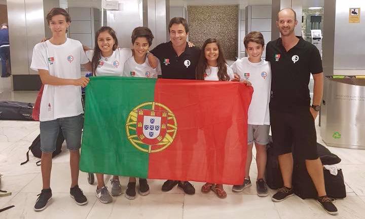 Equipa de Portugal ao Mundial de Optimist 2017 na Tailândia, esta quinta-feira, no momento da partida, em Lisboa (®OptimistPortugal)