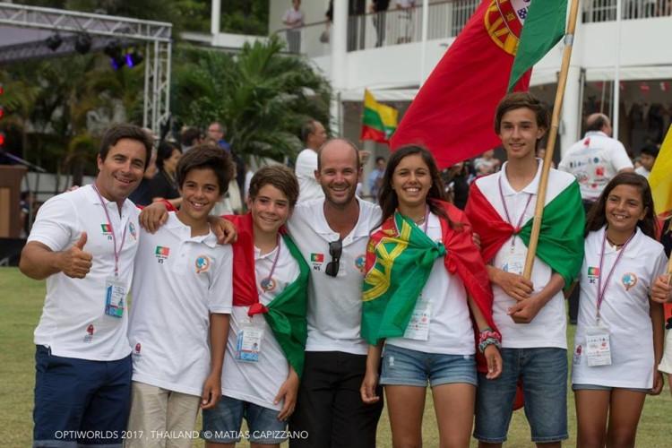 Equipa de Portugal em Pattaya. Guilherme Cavaco, 3º a contar da esquerda, e Beatriz Gago, 3ª a contar da direita, estão em grande destaque após dois dias de Mundial (®MatiasCapizzano)