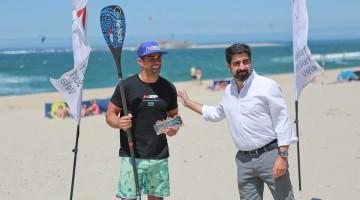 Tiago Dinis recebe o prémio pelo 3º lugar no SUP Race Técnico em Moledo. Algarvio revalidou já o título de vice-campeão nacional (®CaminhaMunicipio)