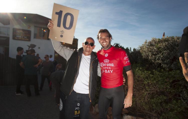 Frederico Morais e o pai, Nuno Morais festejam a onda perfeita com que o português consumou a vitória sobre o campeão do mundo nos quartos-de-final (®WSL/SteveSherman)