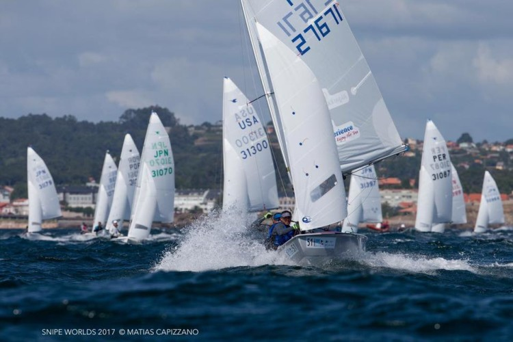 Metade da frota portuguesa no Mundial Snipe Sénior 2017 em La Coruña era algarvia. Em primeiro plano, a dupla algarvia Luís Raposo Veríssimo & Tiago Borba (®MatiasCapizzano)