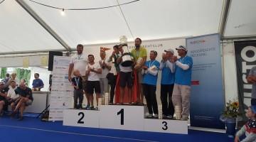 Tripulação comandada pelo algarvio Pedro Andrade segura a taça de campeão no pódio do Europeu da Classe Dragão, na Suíça (®DR)