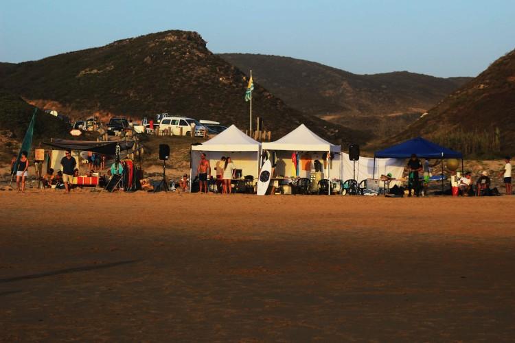 Aspeto da estrutura do campeonato na Praia de Vale Figueiras (®GianLucaSchneider)