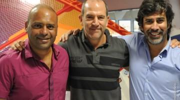 Daniel Caetano, presidente da APWind e Pedro Peixeiro, atleta, abraçam o representante do PWA, ao centro (®ArmenioBelo/APWInd)