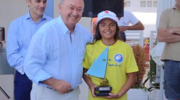 Algarvia Beatriz Cintra com o presidente do Real Club Marítimo Y Tenis de Punta Umbria, organizador da prova (®DR)