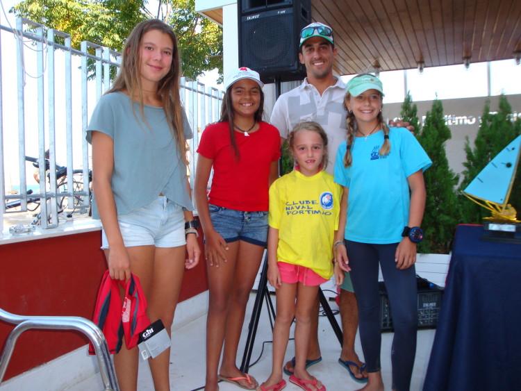 Beatriz Cintra, de vermelho foi embaixadora do CNPortimão e ofereceu uma camisola do clube algarvio à mais jovem velejadora na prova espanhola (®DR)