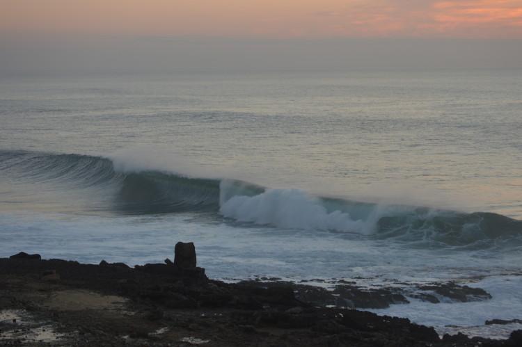 A famosa onda dos Coxos. Associação dos amigos da Baía esteve na origem da Reserva Mundial de Surf na Ericeira e agora bateu com a porta em desacordo com a Câmara Municipal de Mafra (®PauloMarcelino/arquivo/Dez2014)
