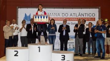 Beatriz Gago recebeu um troféu alusivo aos cinco títulos nacionais conquistados na Classe Optimist (®LuisFraguas/CVVC)