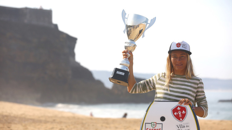 Aos 30 anos de idade, algarvia Joana Schenker conquista na Nazaré o título mundial de bodyboard feminino (®APB)