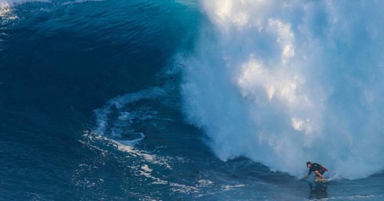 Algarvio Alex Botelho numa das 'bombas' surfadas em Jaws há poucos dias (®MarcusChambers)