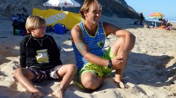 Martim Brandão com o treinador, tio e surfista Ivan Bailote (®PauloMarcelino/Arquivo2016)