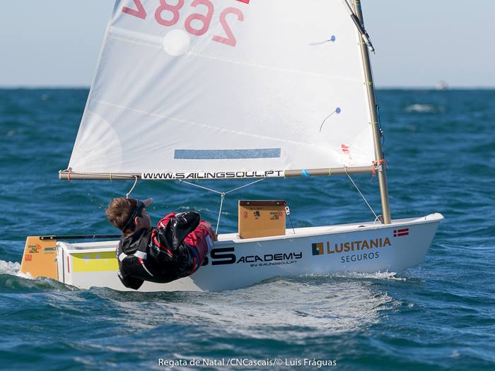 Guilherme Cavaco fez 3º lugar em Cascais e terá assumido a liderança no Optimist Challenge (®LuisFraguas/CNC)