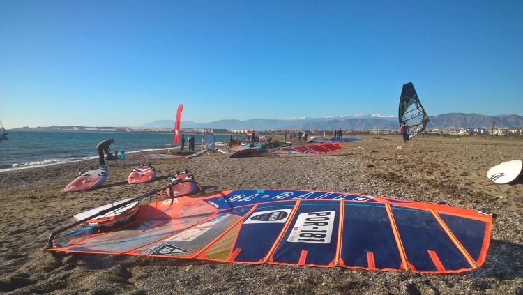 Vela do atleta algarvio montada e à espera de vento, que nunca chegou em condições a Almeria (®CC)
