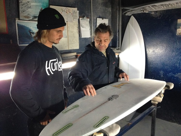 Nick Uricchio com Nicolau Von Rupp… na 'oficina' (@sementesurfboards)