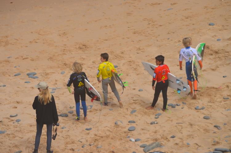 Finalistas Sub-12 preparam-se para entrar na água. Foi a final com efeito mais dramático no 'ranking' (®paulomarcelino)