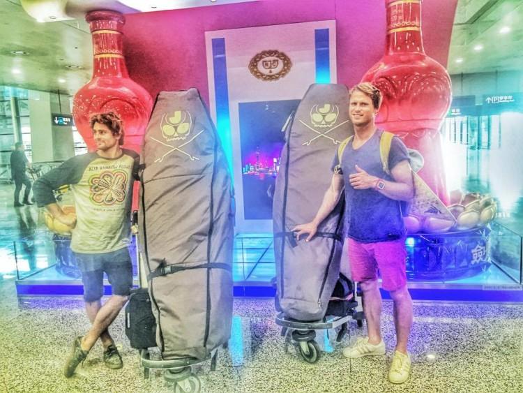 Gony, à esquerda, e Marlon numa recente viagem de trabalho à China, com o logotipo Jam Traction nas capas das pranchas… novo produto? (®)