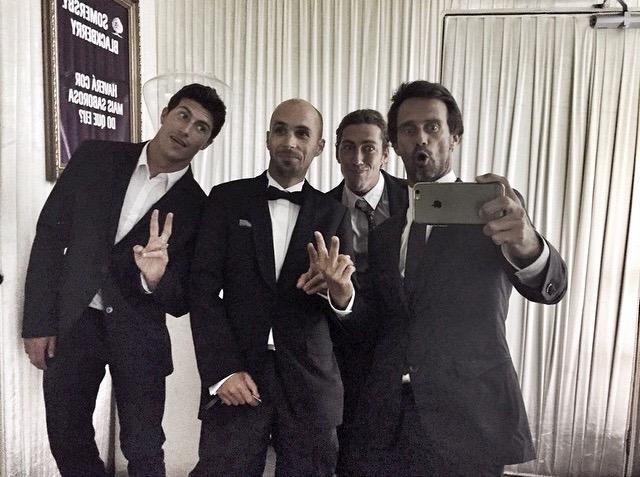 """Miguel Mouzinho (à esquerda) com amigos na """"noite elegante"""", que continuou com uma saída aos Santos Populares (®)"""