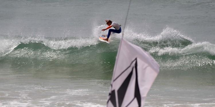 Algarvio João Maria Mendonça venceu a divisão Squids, impondo-se a surfistas de primeira linha, de Cascais e Peniche (®GansoPhotos)