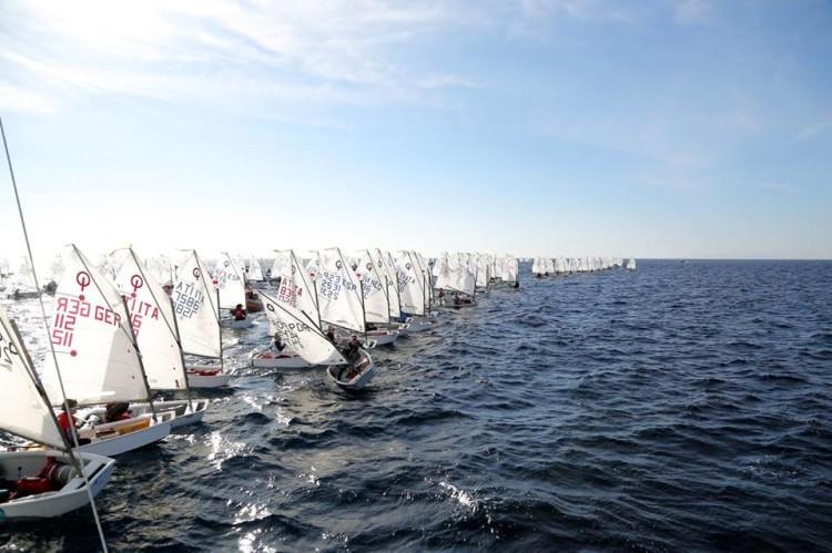 Largadas difíceis com tantos velejadores. Na imagem destaca-se Beatriz Gago a tentar ganhar posição (®JoaquinCarrion)