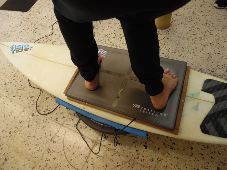 Plataforma de fora sobre a qual é feita a avaliação postural dos surfistas (®DR)