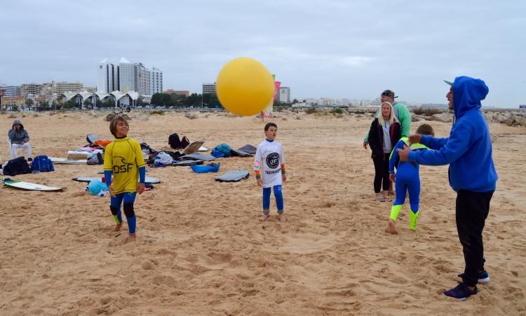 Fisioterapeuta Filipe Costa, da Fisiorider, a aquecer os surfistas, incluindo Henrique Gomes, de amarelo, um dos atletas em destaque esta segunda-feira (®PauloMarcelino)
