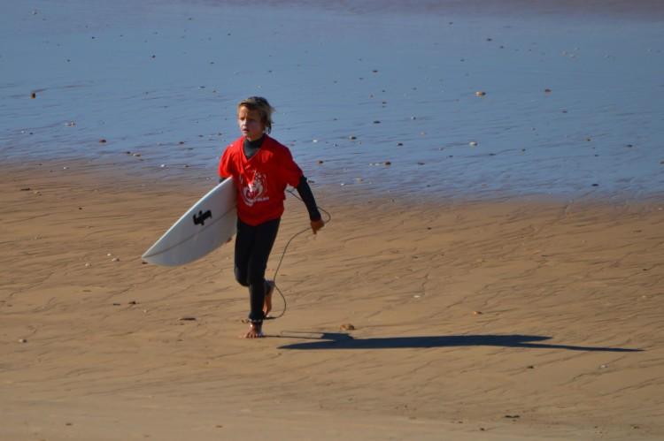 Splinter Berkum, o novo pupilo de Sérgio Brandão, conquistou em Faro a sua primeira vitória no regional de surf, na segunda prova em que participa (®LuisGamito)