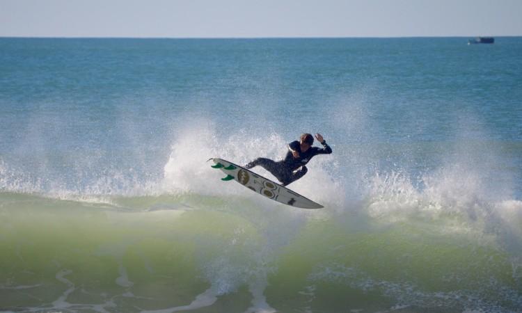 Frederico 'Martim' Magalhães, numa sessão de surf livre na Praia da Rocha, em dezembro do ano passado (®PauloMarcelino/Arquivo)
