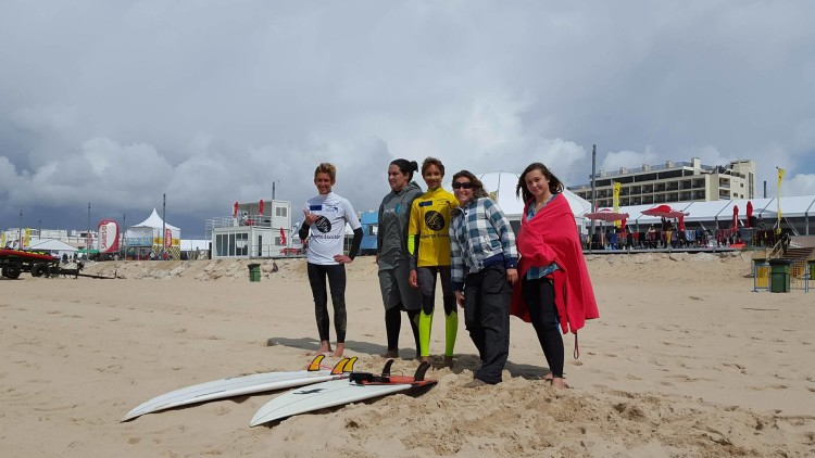 Surfistas algarvios equipados na praia, durante a prova, com as professoras Joana Freitas, à esquerda) e Raquel Gonçalves (®IsabelleWP)