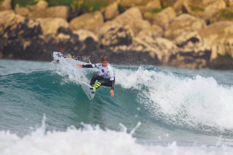 João Mendonça esteve bem hoje (imagem) na Caparica. O algarvio passou duas rondas no quadro masculino (®LaurentMasurel/WSL)