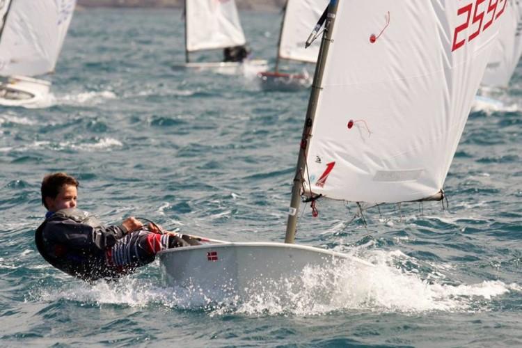 Algarvio William Risselin realizou um dia fantástico. Ganhou uma regata, foi 2º noutra e subiu ao 4º lugar na geral, em igualdade de pontos com o 3º… a um dia do fim do campeonato (®FPV)