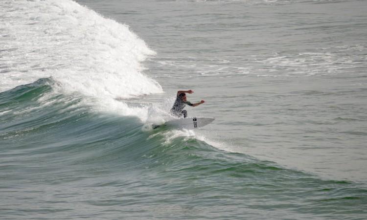 Francisco Duarte 'fins out' a mostrar empenho durante uma sessão livre de surf na Bordeira, no verão do ano passado (®PauloMarcelino/Arquivo)