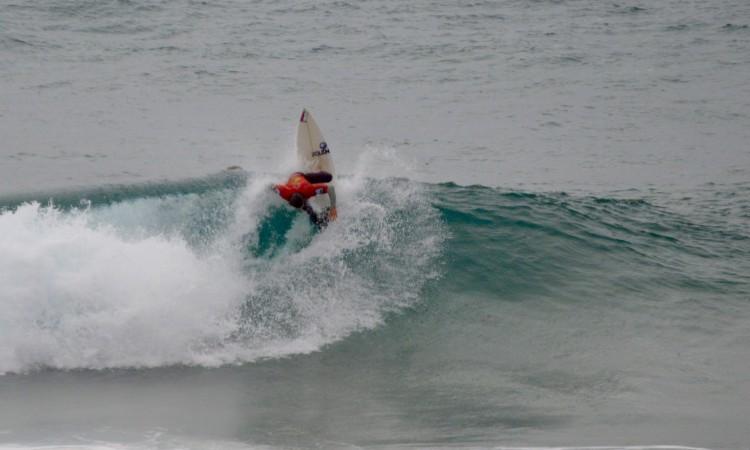 Gustavo Gouveia é o surfista em melhores condições para conquistar o título regional Open (®PauloMarcelino)