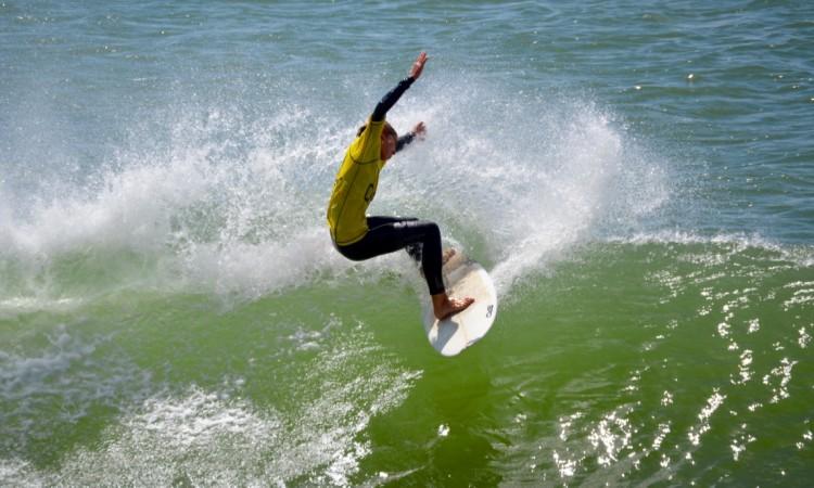 Henrique Poucochinho repetiu em Surf Iniciados a vitória alcançada no anterior encontro regional (®PauloMarcelino)