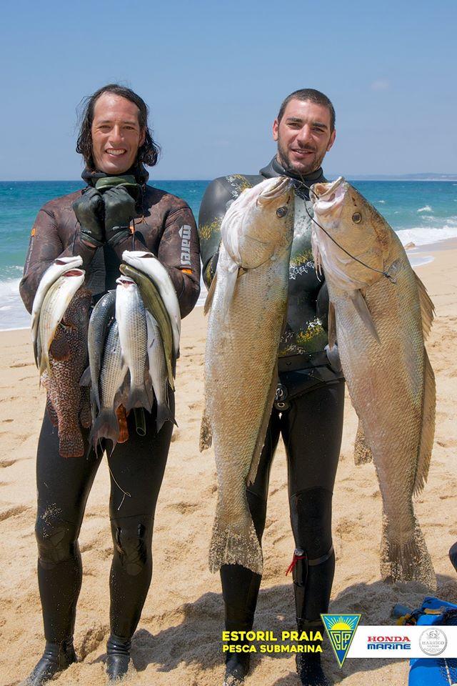 Dupla vencedora mostra as capturas à chegada ao areal da Praia das Bicas (®Estoril-Praia)