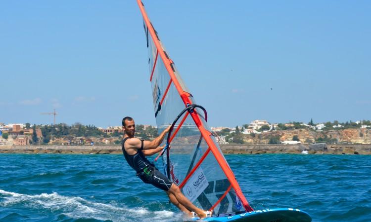 Miguel Martinho venceu as 3 regatas do dia com larga vantagem sobre os adversários (®PauloMarcelino)