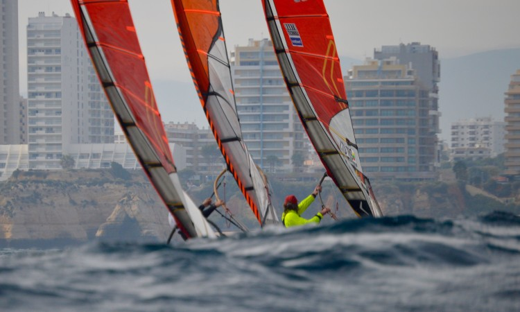 Athletes had no pauses on the first two races of the day to change sails and adapt to the stronger wind conditions (®PauloMarcelino)