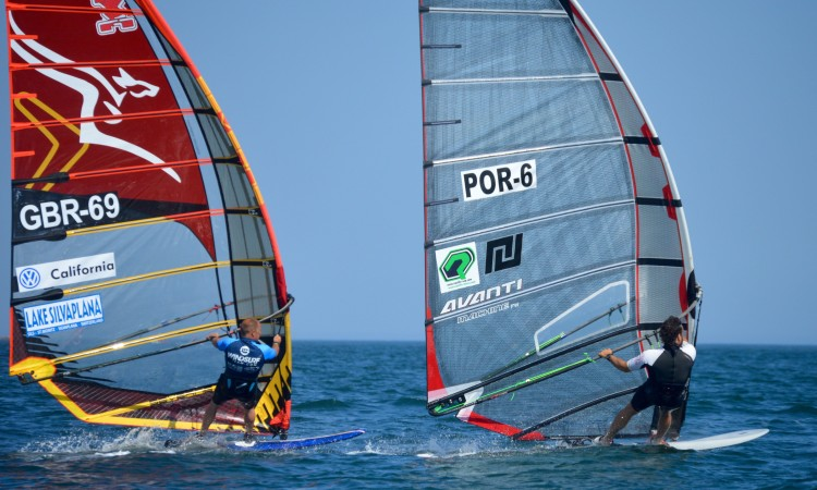 Fight for second place between GBR 69 David Coles and Por 6 Vasco Chaveca (®PauloMarcelino)