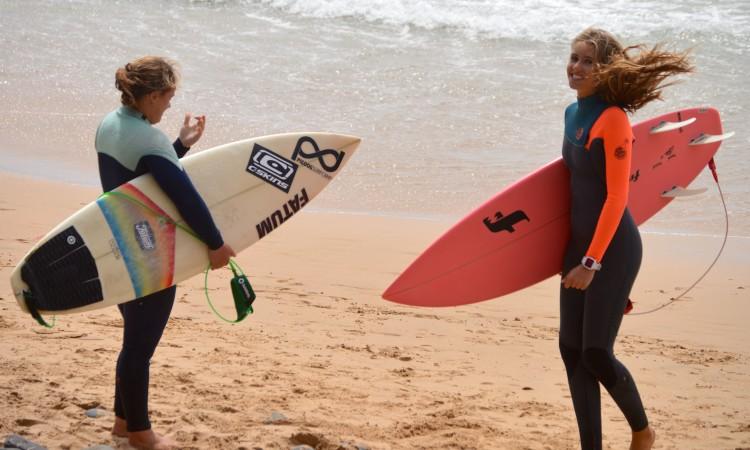 Yolanda Hopkins, à esquerda, e Concha Balsemão, momentos antes da final Surf Feminino (®PauloMarcelino)