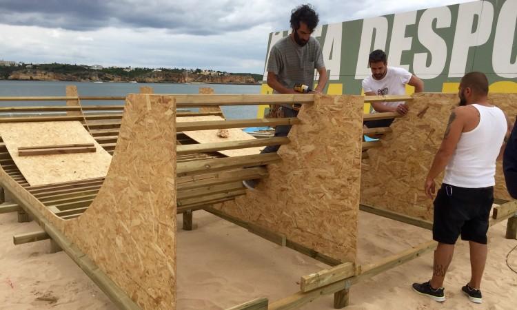 Construção por iniciativa e com ajuda dos sócios do Portimão Surf Clube (®PauloMarcelino)