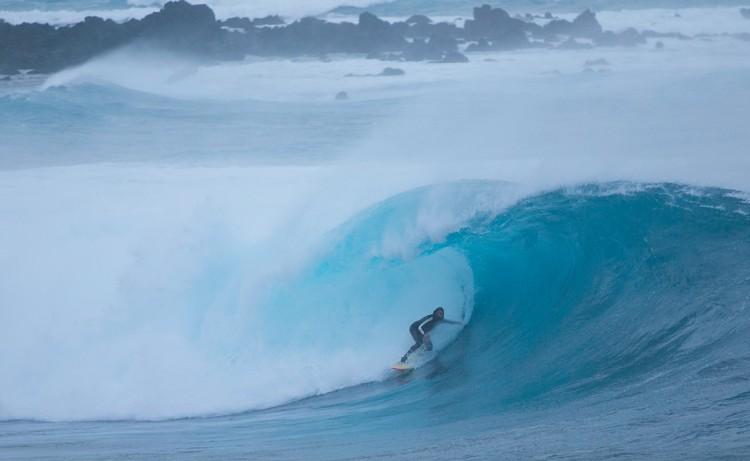 João Macedo, coordenador de surfistas no projeto; aqui 'na toca' de uma 'bomba' na Graciosa (®RuiSoares)