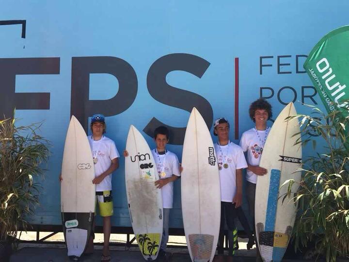 Pedro Ulrich (Sesimbra), segundo a contar da esquerda, venceu em Surf Sub-14. É atleta do Clube Naval de Portimão (®SurfClubeSesimbra)