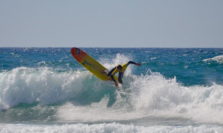 Luís Esteves apadrinhou o sucesso do mais novo e fez 5º lugar na etapa. Na imagem vemos o surfista de Faro na final regional no Castelejo, em abril (®PauloMarcelino/Arquivo)