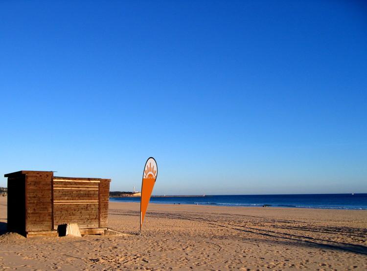 A ideia é colocar bandeiras em praias, com cores diferenciadas para o nível de índice UV no momento (®montagem)