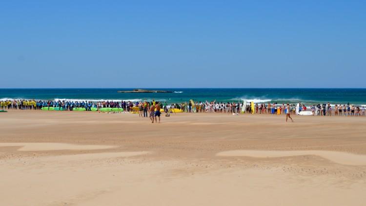 Cordão humano formou uma extensa linha de protesto no areal da Praia do Amado (®PauloMarcelino)