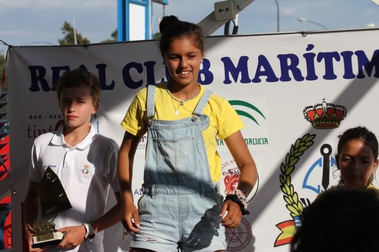 Beatriz Gago, em primeiro plano, e Beatriz Cintra, à direita, no pódio Sub-16 em Huelva (®RCMH)